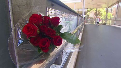 A bouquet of roses seen at Hurstville station. (9NEWS)