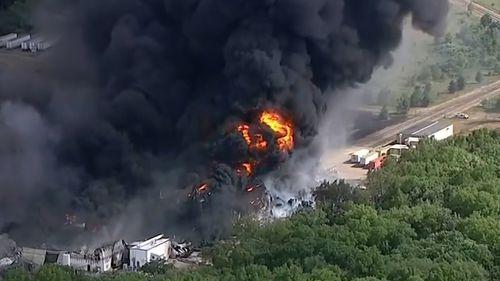 Il massiccio incendio chimico in Illinois spinge le autorità a emettere ordini di evacuazione