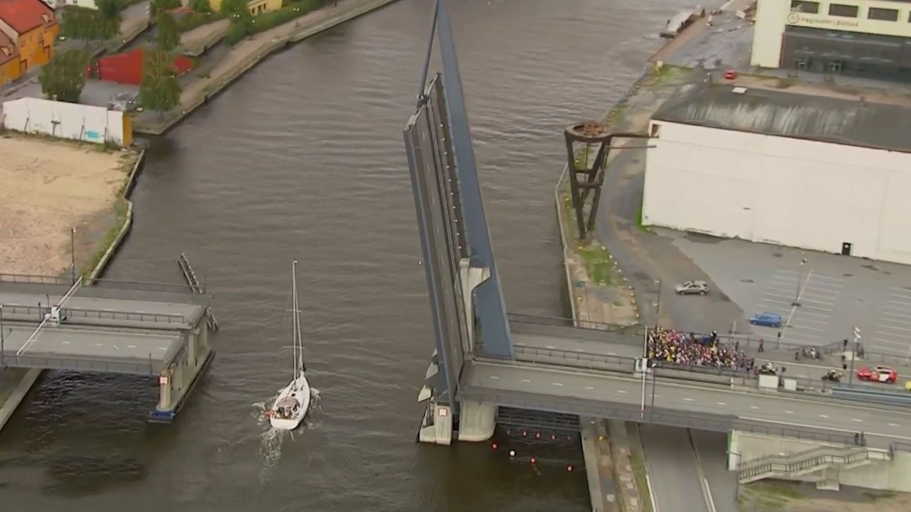 Cycling race halted by draw-bridge