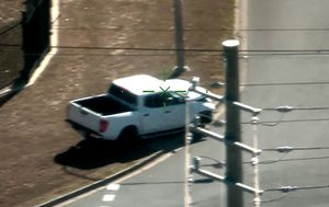 Video shows alleged dangerous car chase in Brisbane, rooftop arrest
