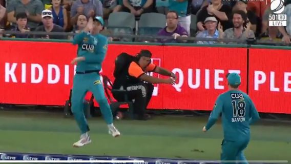 Matt Renshaw taps the ball to his teammate. Image: Fox Sports