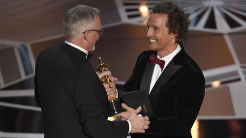 Lee Smith is presented his Oscar by Matthew McCounaughey. (AAP)