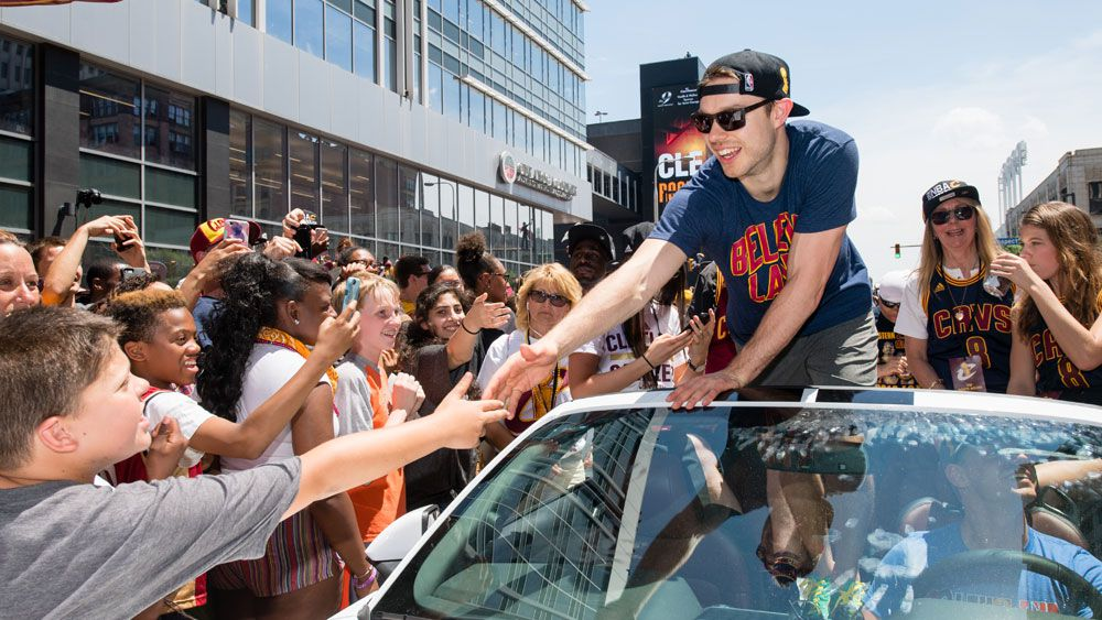 LeBron, Cavs fans show Delly the love