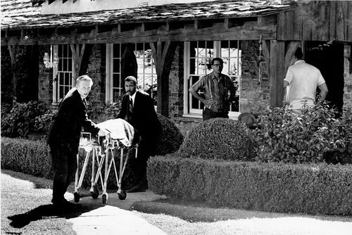 The body of actress Sharon Tate is taken from her rented house on Cielo Drive in Beverly Hills on August 9, 1969. (AAP)