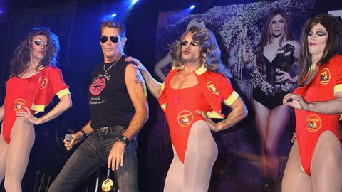 The Hoff sings on stage with his daughters and drag queens