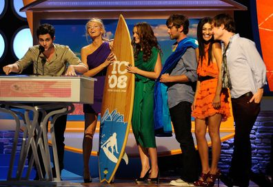From left to right: Penn Badgley, Blake Lively, Leighton Meester, Chace Crawford, Jessica Szohr and Ed Westwick at the 2008 Teen Choice Awards.