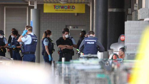 Полиция за пределами отсчета времени в торговом центре Lane Mall, где полицейские застрелили мужчину.