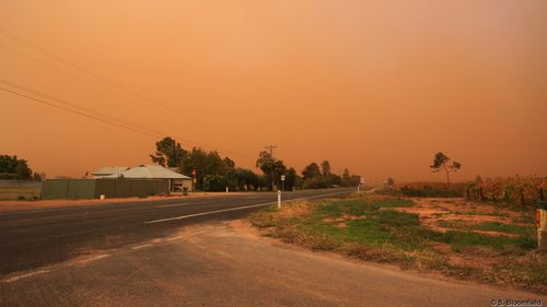 Dust storm engulfs country towns as severe winds lash Victoria and NSW