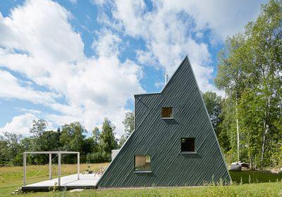 Swedish summer house by Leo Qvarsebo