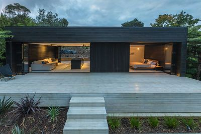 10. Luxury Waiheke Rental with 5-Seater Car – Auckland