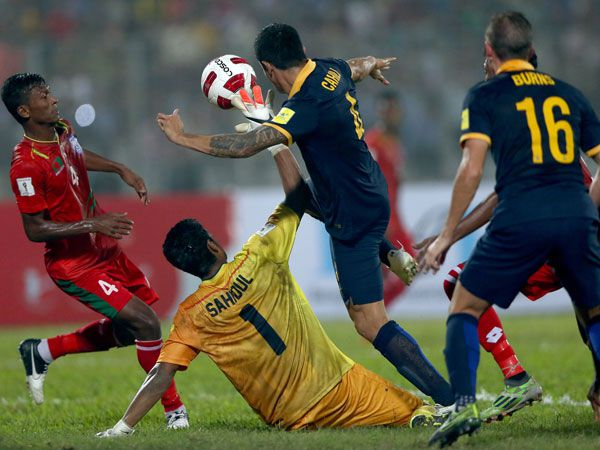 Tim Cahill challenges the Bangladesh keeper for the ball. (Getty)
