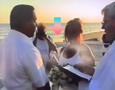 Dia memerintahkan pengantin wanita dari ibu mertua pernikahan untuk mundur.