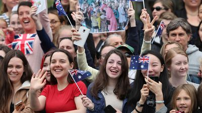 Thousands of eager fans meet-and-greet royal couple in Melbourne