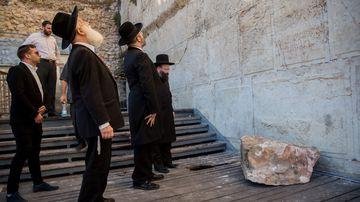 Rabbi of the Western Wall Shmuel Rabinowitz (R) with Chief Rabbi David Lau (C) inspect the site. (Image: AP)