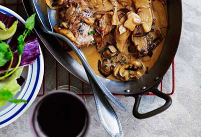Veal escalopes with mushrooms and apples
