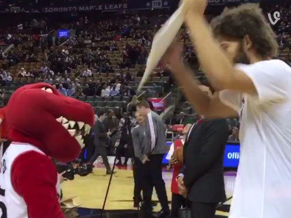 New York Knicks star Robin Lopez attacks the Toronto Raptors mascot. (Supplied)