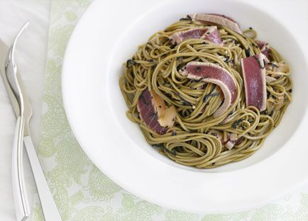 Soba noodles with tuna and black sesame seeds