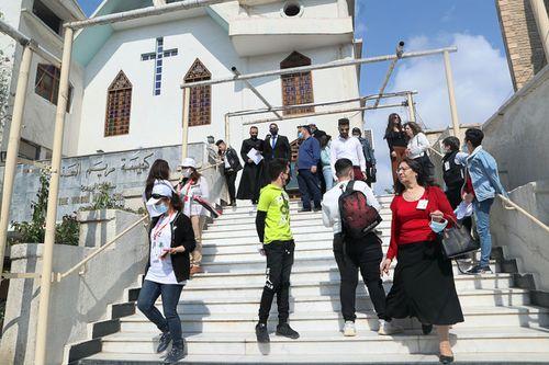 Umat Kristen Irak berkumpul di Gereja Perawan Maria sebelum pergi ke bandara untuk menyambut Paus di Baghdad, Irak, Jumat, 5 Maret 2021