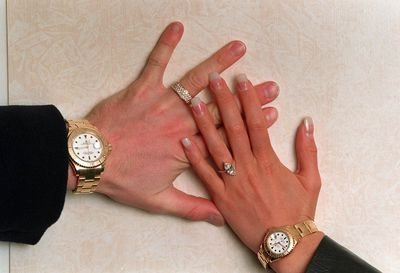 Beckham proposed with a $11,606three-carat marquise-cut diamond set on a plain yellow-gold band.