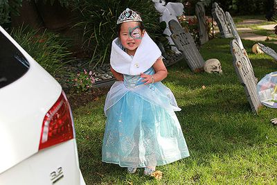 Katherine Heigl and hubby Josh Kelley took their daughter Naleigh out for Halloween in a super-sweet princess dress.