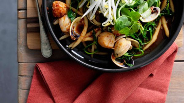 Kneaded noodles with scallops, clams, ham and XO sauce