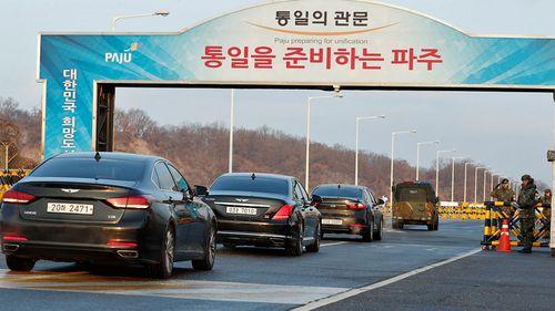 South Korean delegates travel through tight security to the talks in Panmunjom. (Photo: AP).