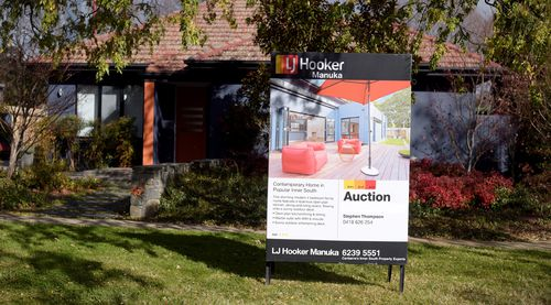 Experts advise buyers to come prepared to auctions. (AAP)
