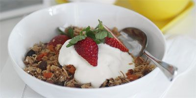 Crunchy almond muesli with yoghurt & strawberries