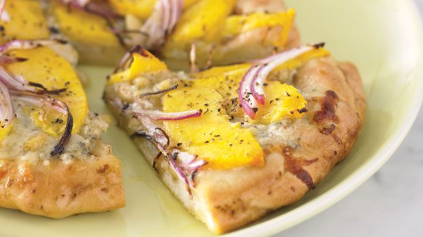 Pizzette with blue cheese and peaches