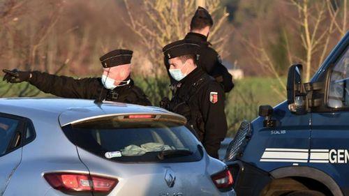 Ravers diduga menyerang polisi yang mencoba menutup pesta Malam Tahun Baru yang melanggar pembatasan virus corona.