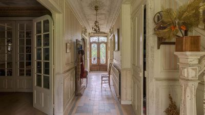 <strong>Abandoned French mansion</strong>