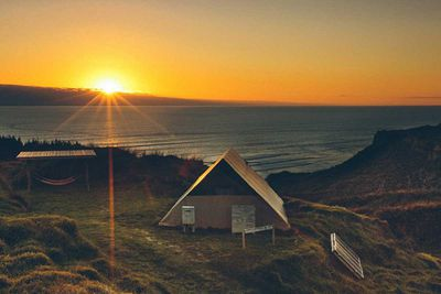 "<strong><a href=""http://www.castaways.co.nz/"" target=""_top"" draggable=""false"">Castaways Glam Camping, Kariotahi Beach</a></strong>"