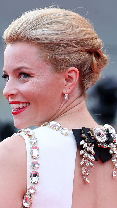 Elizabeth Banks wears Kwiat earrings to the opening ceremony.