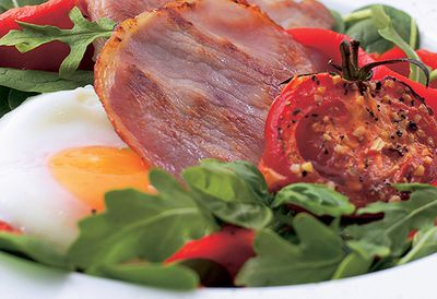 Bacon breakfast salad with spinach
