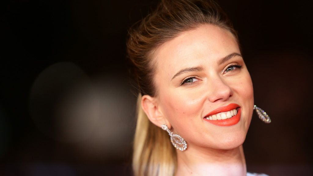 Scarlett Johansson gets red-carpet ready by washing her face with this kitchen ingredient. Image: Getty.