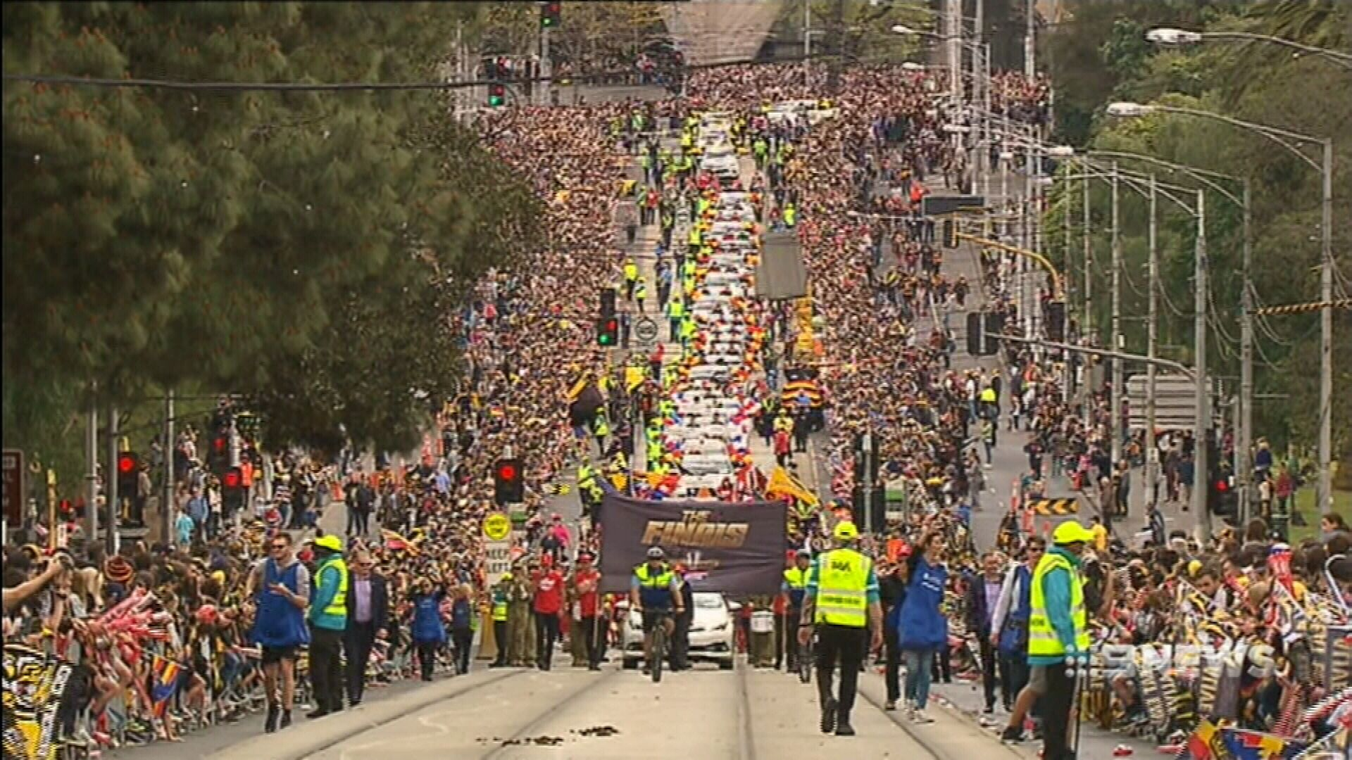 Thousands of fans line Melbourne streets for AFL parade