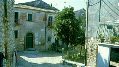 An old photo shows Campodimele's streets before the makeover.