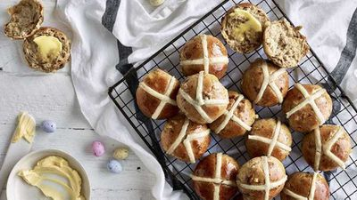 "2.) Hot cross buns -&nbsp;<a href=""https://kitchen.nine.com.au/2017/04/11/12/01/anna-polyvious-hot-cross-buns"" target=""_top"" draggable=""false"">Anna Polyviou's hot cross buns</a>"