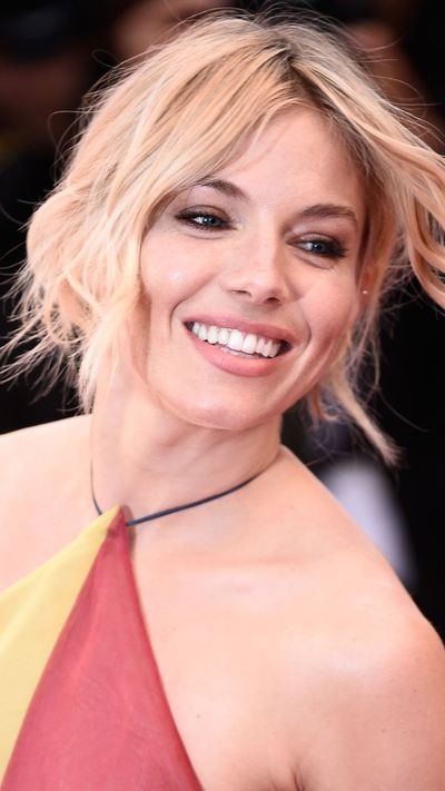 <p><strong>Sienna Miller </strong>kept it natural with her signature short waves.</p>