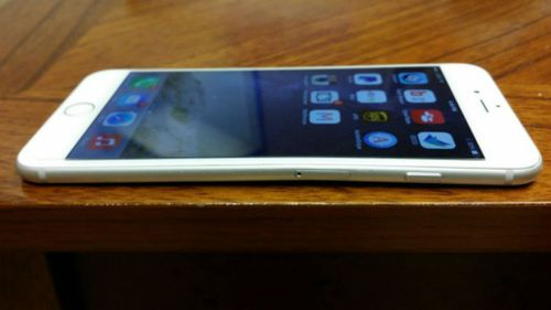 Most of the bends have reportedly occurred while the phone sits in the users' pockets. (Photo: MacRumours/iBoost621)