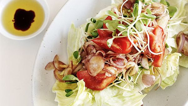 Spanish onion, sprout, tomato and lettuce salad