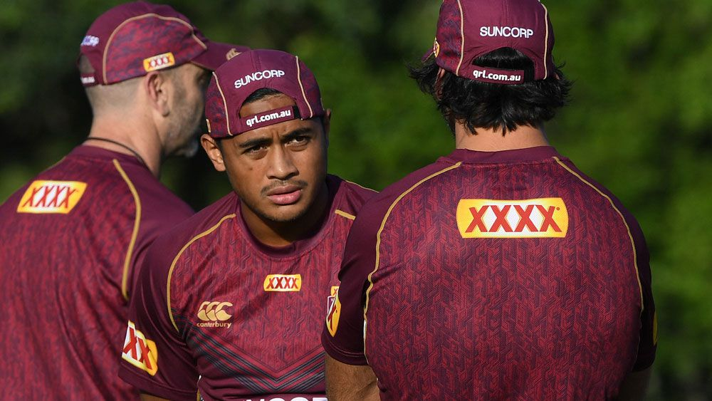 Anthony Milford chats with injured Maroons star Johnathan Thurston at Queensland training. (AAP)