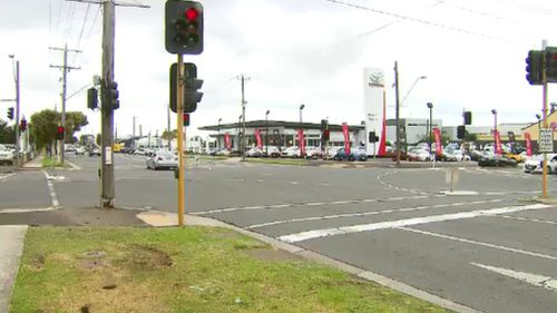 Police deployed road spikes on the Geelong Road at Corio. (9NEWS)