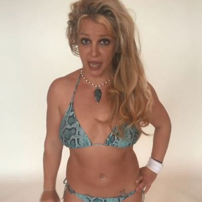 Britney Spears poses in bikini and offers advice on what to bring to the beach.