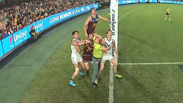 Umpire's hilarious show of courage stuns greats