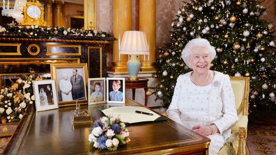Who will the Queen be sending cards to this Christmas?