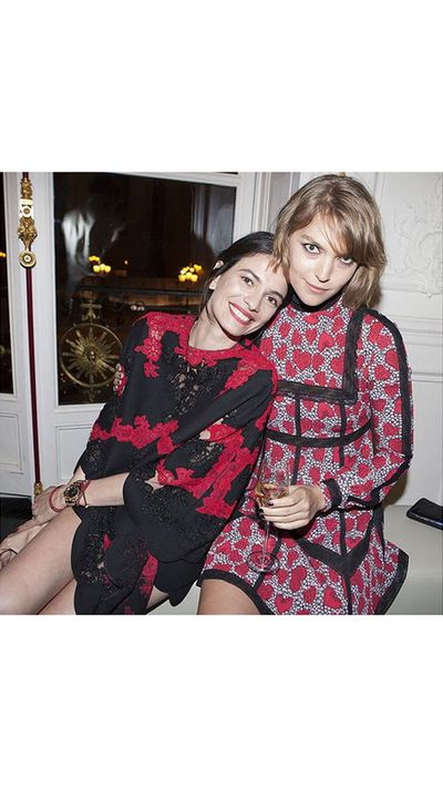 <p>Leila Yavari and Arizona Muse get cosy.</p>