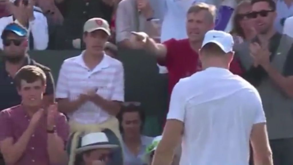 Man snatches towel from young Wimbledon fan