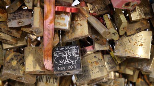 Paris 'love locks' sale raises thousands for refugees