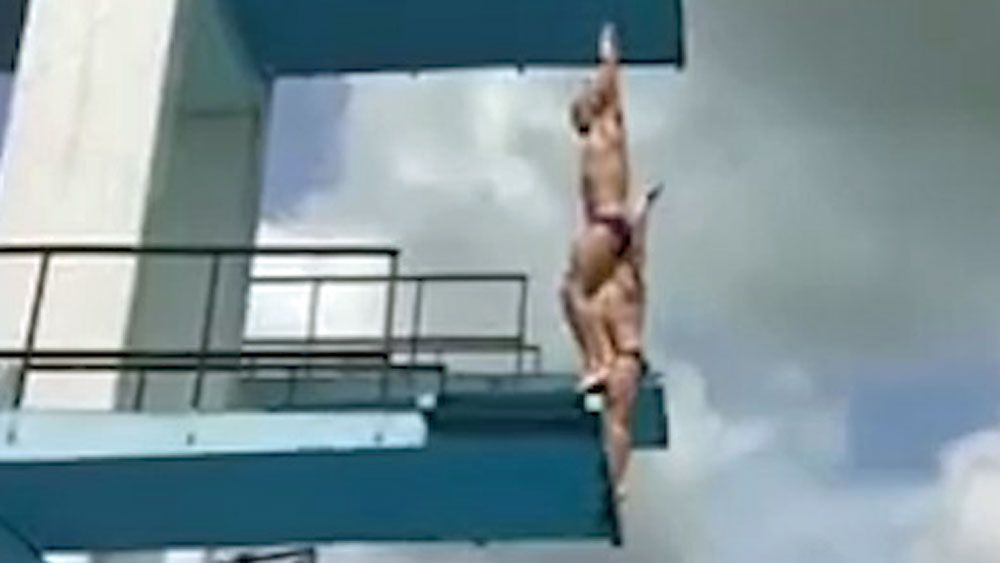 Russian divers foiled by crumbling platform